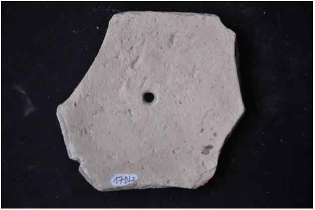 Figure 10  Mảnh đáy bình gốm có lỗ tìm thấy ở di tích 16GT.TD17DL2